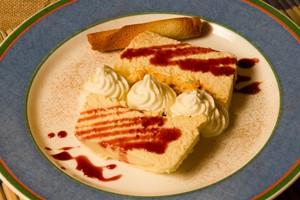 Tarta de queso con salsa de frutos rojos